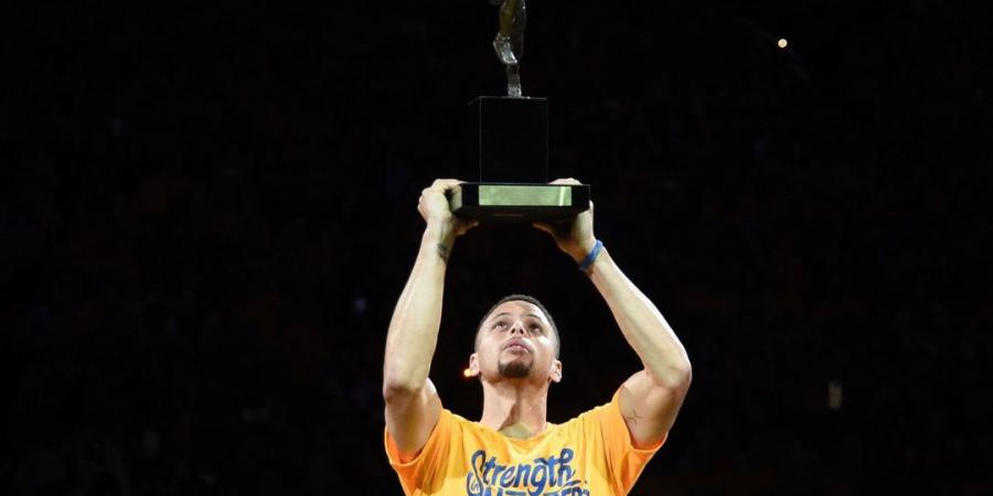 Watch: Curry hoists MVP trophy in front of home crowd