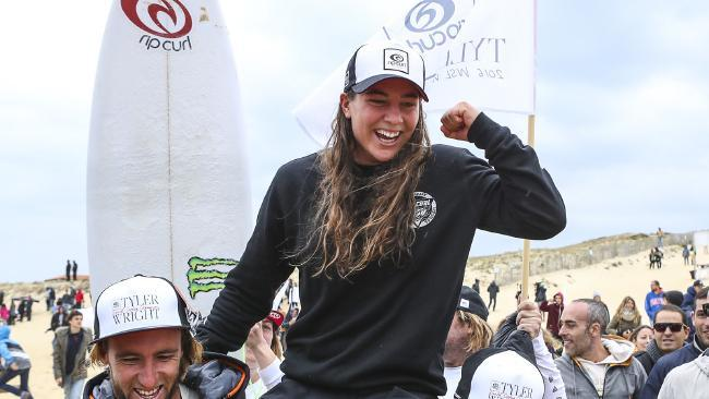 Tyler Wright claims Surf World Title - finally/afirma Surf World Title - finalmente.